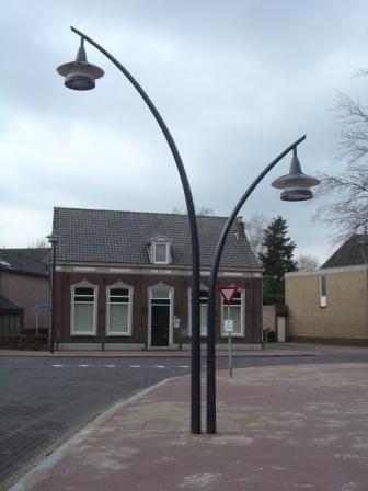 Dubbele lichtmast voor verlichting op het wegdek en voetpad op Raadhuisplein te Erp